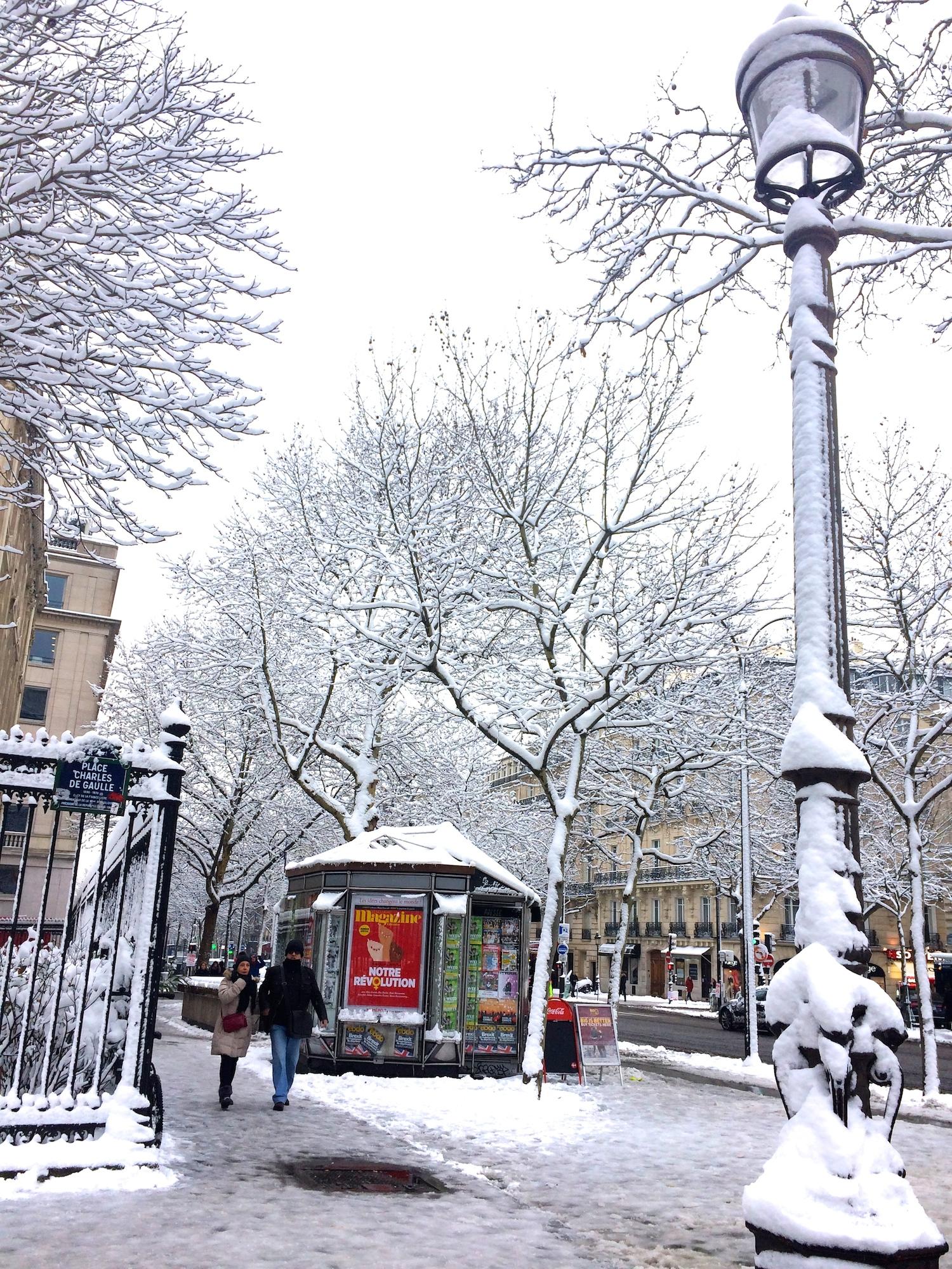 雪景色のパリ